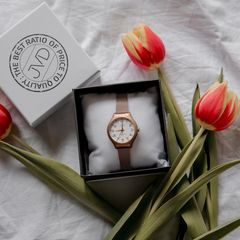 Přejeme vám krásnou a pohodovou neděli 🥰😴  . . . #watch #jvdwatch #jvdwatches #watches #jvdforher #woman #women #style #spring #ootd #fashion #sunday #relax #tulips #flowers #flower #simple #white